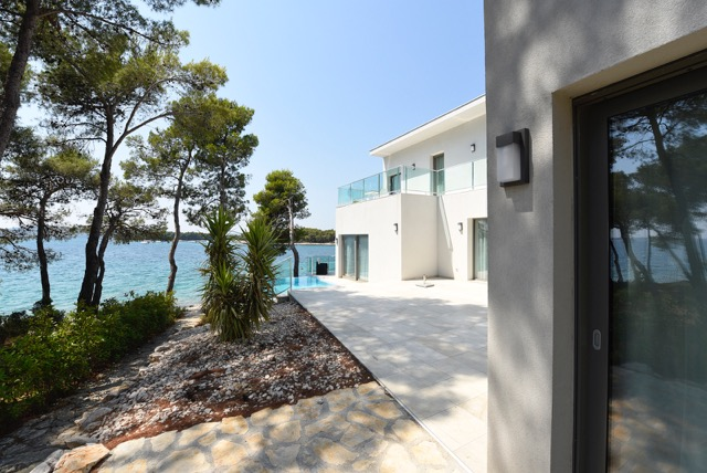 Modern-villa-at-sea-2