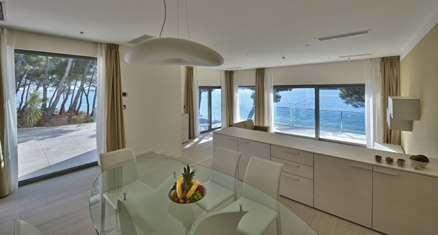 Modern-villa-at-sea-8